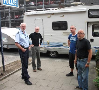 Wieder Glücklich vereint: die drei Schweden mit Freund und Helfer vor der Polizeiwache in Kamen.  (Foto: Polizei-Pressestelle)