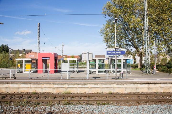 Die Ausstattung der Bahnsteige (Wetterschutz, Sitzmöglichkeiten etc.) am Bahnhof Holzwickede wird im Zuge der jetzt angelaufenen Modernisierung ebenfalls erneuert. (Foto: Peter Gräber)