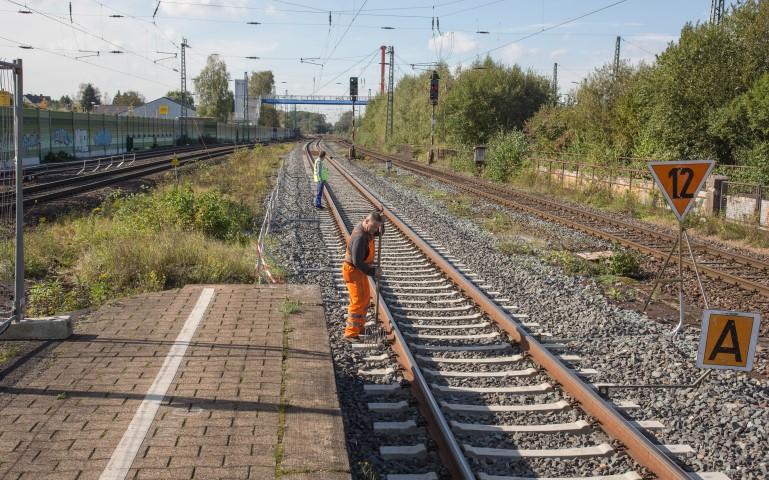 Die Vorarbeiten für die drei Mio. Euro teure Modernisierungsmaßnahme am Bahnhof Holzwickede sind angelaufen: Bauarbeiter bereiten die  Sondierungsbohrungen zur Suche nach Kampfmitteln vor. (Foto: Peter Gräber)