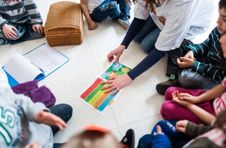 Der Kreis sucht in Holzwickede Tagesmütter und Tagesväter: Auch das Vorlesen gehört zu den vielfältigen Aufgaben einer Tagesmutter bzw. eines Tagesvaters.  (Foto: Dennis Treu / Kreis Unna)