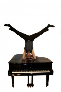 Er stellt die Klassik auf den Kopf: Holger Mantey mal anders am Piano. (Foto: Agentur)