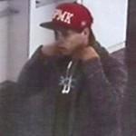 Geldbörse bei Stadtfest gestohlen: Polizei sucht Mann mit roter Baseballkappe