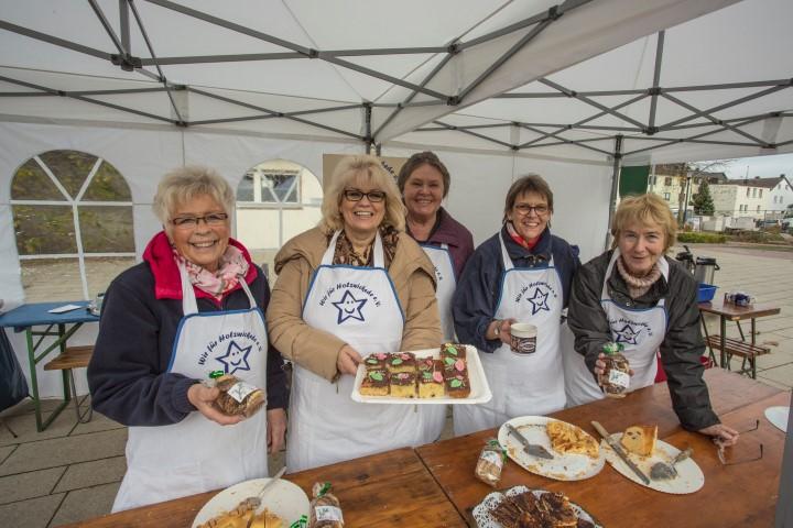 Der Verein Wir für Holzwickede verkauft auch in diesem Jahr wieder an zwei Terminen Kuchen auf dem Wochenmarkt für die Aktion Weihnachtsgeld: v.l., Karin Lücke, Ruth Kolmanic, Agnes Sinn, Birgit Poller, Annegret Schulte-Altedorneburg (v.l.) und die übrigen Helfer des Vereins danken allen Spendern. (Foto: P. Gräber - Emscherblog.de)
