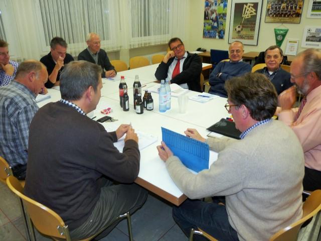 In Arbeitskreisen, wie hier dem unter anderem mit Finanzfragen befassten AK 2, wollen die Vereinsvertreter der Holzwickeder Sportvereine HSV und SGH die Basis für die angestrebte Fusion der beiden Clubs legen und das Gesamtpaket dann ihren Mitgliedern zur Entscheidung unterbreiten.                                                                                   Foto: Privat