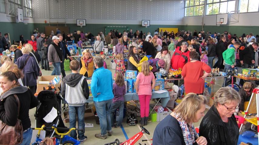 Der Spielzeugbasar des Fördervereuins der Dudenrothschule - hier ein Bild aus dem Vorjahr - ist stets gut besucht und einer größten im ganzen Kreis. (Foto: Barbara Düllmann)