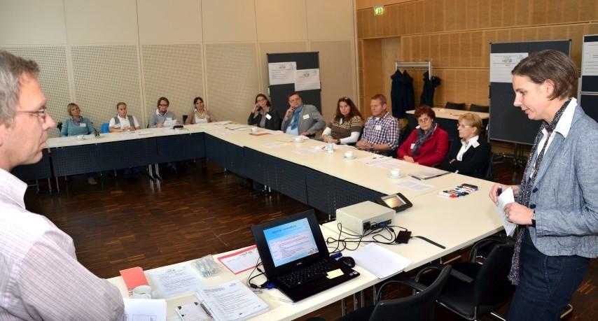 Sabine Fischer und Bernhard Egermann informierten Vertreter der weiterführenden Schulen im Kreishaus über das Ü2-Protokoll. (Foto: B. Kalle – Kreis Unna)