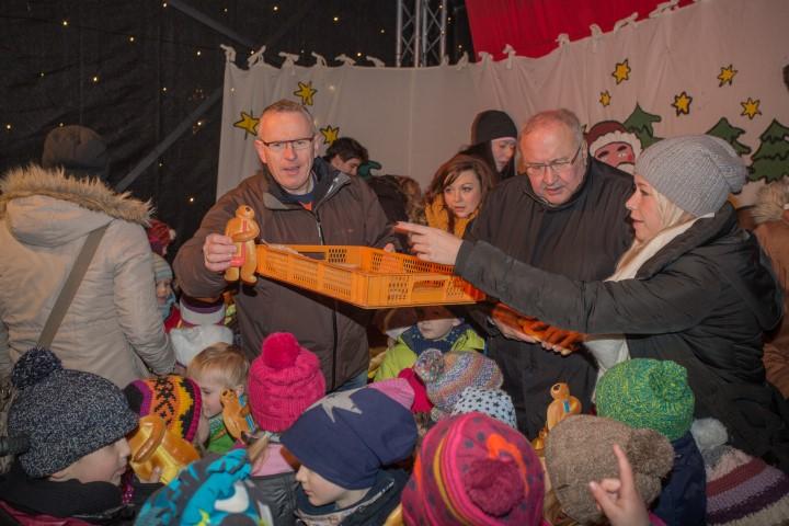 Darauf haben alle Kinder nur gewartet: Nah den beiden Liedern der Kinder des HEV-Kindergartens wurde die Stutenkerle durch Jenz Rother und Michael Klimziak verteilt. (Foto: Peter Gräber)