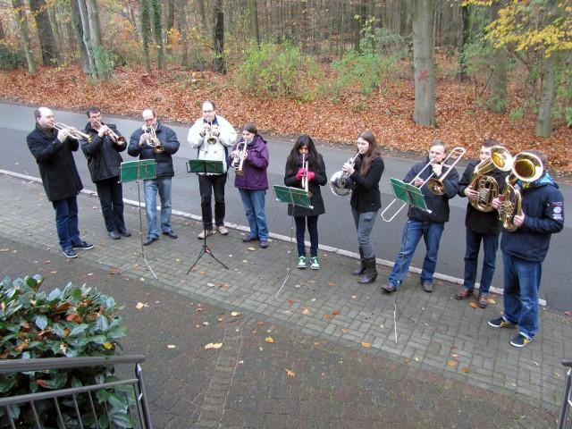 Mitglieder des Posaunenchores Holzwickede-Süd beim Kurrendeblasen im vergangenen Jahr. (Foto: privat)