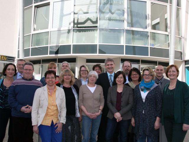 Das Team der Pflege und Wohnberatung mit Landrat Michael Makiolla. (Foto: Kreis Unna)