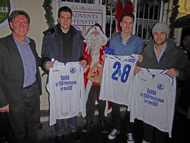 HSV-Vorsitzender Rolf Unnerstall ehrte Amir Halilovic (2.v.l.), Christopher Kaiser (2.v.r.) und das HSV-Spieler-Urgestein Andreas Senga (r.). (Foto: privat)