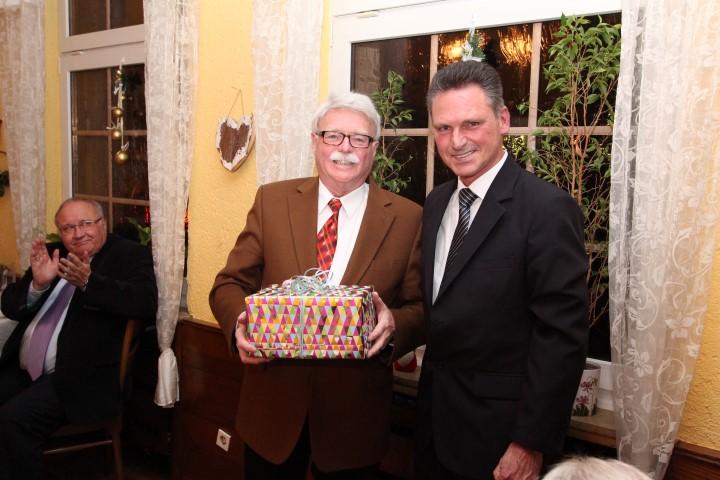 Der aktuelle CDU-Fraktionsvorsitzende Frank Markowski verabschiedet seinen Vorgänger in diesem Amt, Rolf Kersting, beim traditionellen Grünkohlessen der CDU.  (Foto: privat)