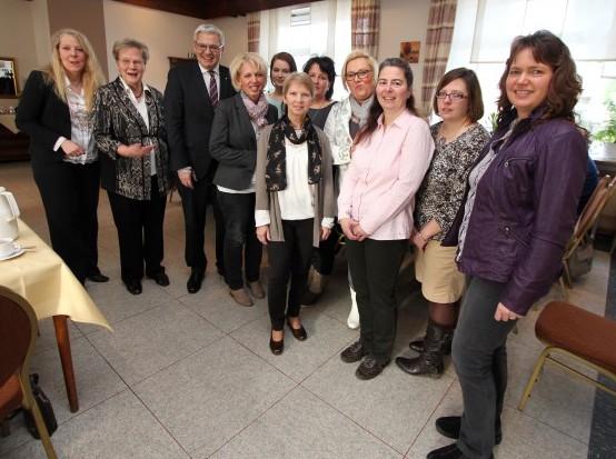 : v.l.: Bianca Dausend (FU-Kreisvorsitzende), FU-Vorsitzende Marianne Scheidt, Hubert Hüppe MdB und weitere Mitglieder der FU-Holzwickede . (Foto: privat)