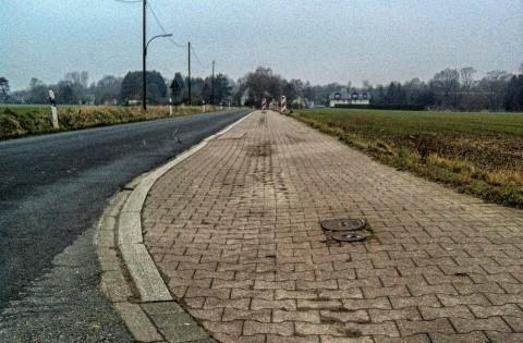 Der unebene Randstreifen der Sölder Straße im Abschnitt zwischen der Landskroner Straße und dem Ortseingang Sölde: einige Warnbaken sind bereits aufgestellt worden. (Foto: Peter Gräber)