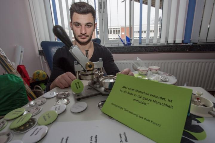 """Auch Jordanis (18)  druckte heute in der Pause fleißig  Solidaritäts-Buttons """"Je suis Charlie""""  der Aydaco-Gruppe des CSG. (Foto: Peter Gräber)"""