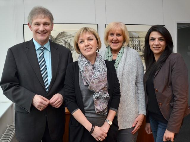 Landrat Makiolla, Vorgängerin Sengül Ersan (rechts) und Angelika Chur (2. von rechts) als Vorsitzende des Ausschusses für Soziales, Familie und Gleichstellung gratulierten der neuen Gleichstellungsbeauftragten Heidi Bierkämper-Braun. (Foto: B. Kalle - Kreis Unna)
