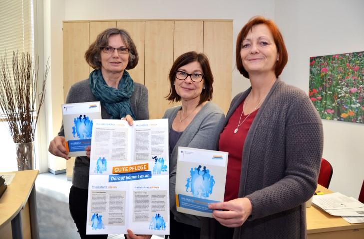 Rita Angerstein, Andrea Schulte und Brigitte Sawall aus der Pflege- und Wohnberatung des Kreises (v.l.) stellen die Neuerungen vor. (Foto: B. Kalle – Kreis Unna)