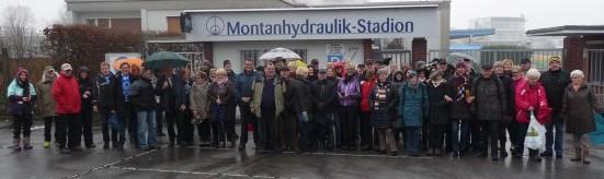 Bei der dritten Auflage der HSV-Silvesterwanderung trafen sich die Teilnehmer am Montanhydraulik-Stadion. Trotz Nieselregens machten sich rund 100 Wanderer auf den Weg zum Ziel, den Hof Riedel in Hengsen.  (Foto: privat)