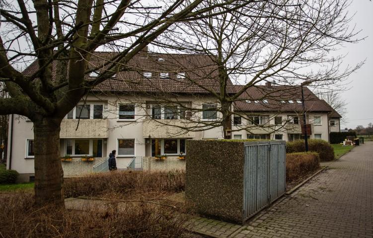 Das Gebäude Massener Str. 71 (Mitte) will die CDU-Fraktion veräußern, um darin bezahlbare Mietwohnungen zu schaffen. In einem zweiten Schritt soll das auch mit dem  Gebäude Nr. 69 (vorne) geschehen. (Foto: P. Gräber - Emscherblog.de)