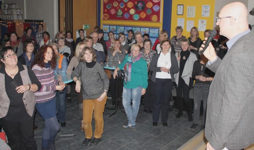 In der Schillerschule feierten die Mitarbeitenden der OGS ihren Neujahrsempfang. Geschäftsführer Detlef Maidorn blickte dabei auch zurück auf die letzten zehn Jahre Offener Ganztag im Kirchenkreis. (Foto: D. Schneider)