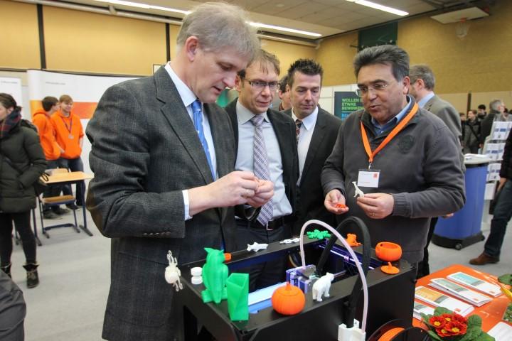 Landrat Michael Makiolla (l.) und Wernes Bürgermeister Lothar Christ (2.v.l.) lassen sich den 3D-Drucker des Hellweg-Berufskollegs Unna erklären. (Foto: WFG)