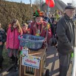 Allerkleinste Karnevalsumzug in Hengsen: Helau und Alaaf zum Kreiselkarneval
