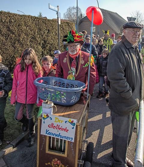 Pünktlich um 11.11 Uhr startete heute am Sonntag vor Rosenmontag Achim Proba (70 J.) zu seinem allerkleinsten Karnevalssumzug um den Kreisel in Hengsen - und seine närrische Gefolgschaft wächst von Jahr zu Jahr. (Foto: Peter Gräber)