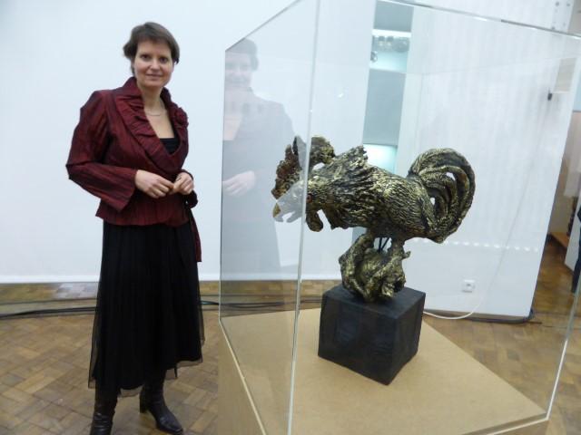 """Die Designerin und Künstlerin Elke Strauch aus Holzwickede bildete den """"Fighting Cock"""" des weltberühmten Bildhauers Benno Elkan nach. (Foto: privat)"""