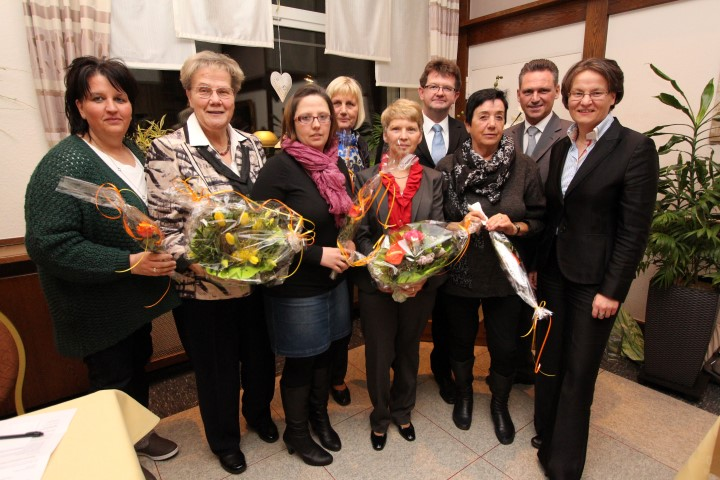 : (v.l.): Heike Sundermann, Marianne Scheidt, Sandra Müller, Maria Barth, Hermine Clodt, Frank Lausmann, Marianne Baumkötter, Frank Markowski, Ina Scharrenbach MdL