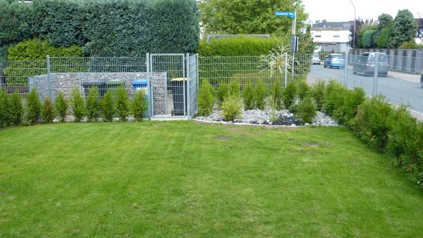 An dieser Stelle auf dem Eckgrundstücks Münchener Allee/Düsseldorfer Weg stand die Eiche, die einer Garage weichen musste. Statt der Garage wurde der Garten verschönert. (Foto: privat)