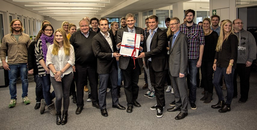 Vordere Reihe: WFG-Geschäftsführer Dr. Michael Dannebom (r.), Landrat Michael Makiolla (3.v.r.) und Bürgermeister Jenz Rother (5.v.r.) überreichen den beiden Gründern von UNIQ, Daniel Krahn (2.v.r.) und Daniel Marx (4.v.r)  die Auszeichnung als Unternehmer des Jahres 2014 im Kreis Unna. (Foto: Peter Gräber)
