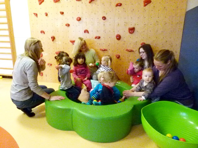 Lena Freidank und Tagesmutter Jasmin Schoer (links im Bild) und Katrin Kruse und Tagesmutter Ilka Jordan (rechts im Bild) mit den Tageskindern. Foto: S. Käthler – Kreis Unna