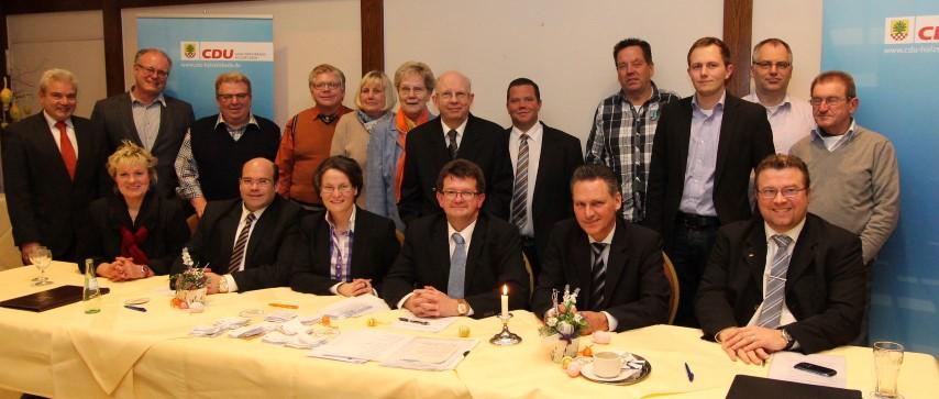 Der neue Vorstand des  CDU-Gemeindeverbandes Holzwickede  mit der LLandtagsabgeordneten Ina Scharrenbach (Mitte, sitzend)  (Foto: Dieter Ewerth)