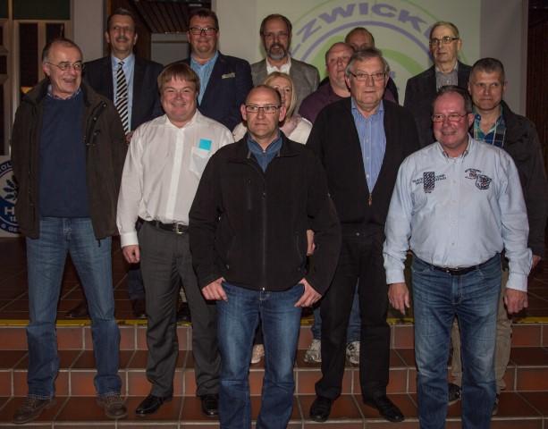 Der erweiterte Vorstand des Holzwickeder Sport-Clubs stellt sich nach der Wahl im Forum zum Gruppenbild. (Foto: Peter Gräber)