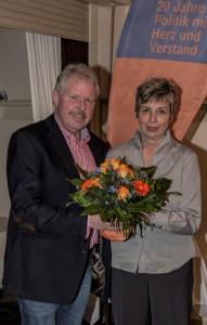 Nach der einstiommigen Nominierung von Ulrike Drossel zur Spitzenkandidatin gratulierte BBL-Chef Thomas Wolter ihr mit einem Blumenstrauß. (Foto: Peter Gräber)