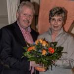 Nach der einstimmigen Nominierung von Ulrike Drossel zur Spitzenkandidatin gratulierte BBL-Chef Thomas Wolter ihr mit einem Blumenstrauß. (Foto: Peter Gräber)
