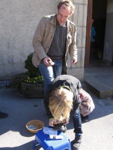 Andere Kinder betätigten sich draußen vor der St. Stephanuskirche gegen eine Spende als Schuhputzer. (Foto: privat)