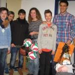 Schüler des CSG spenden 410 Euro für die beiden Sportgruppen der Flüchtlinge