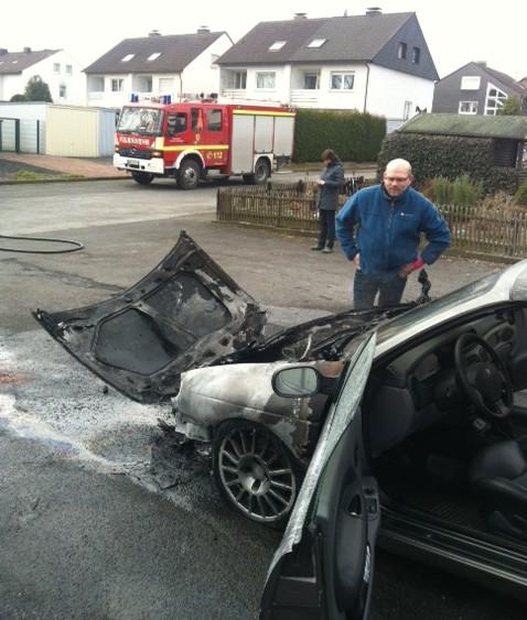 Die Feuerwehr löschte heute Vormittag einen brennenden Pkw in der Schubertstraße: Der Halter vor seinem ausgebrannten Auto in der Schubertstraße