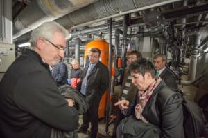 Die Gutachterin Dr. Riedle (r.) mit Mitgliedern des Betriebsausschusses im Technikraum des Bades. (Foto: peter Gräber)