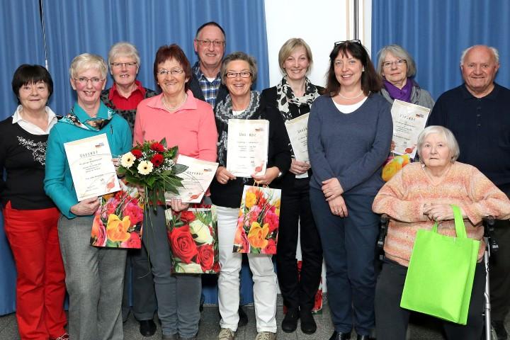 Die Vorsitzende des  Deutsch-Britischen Club, Maruie-Luise Wehlack (li.), ehrte die  langjährigen Mitglieder des Vereins. (Foto: privat)