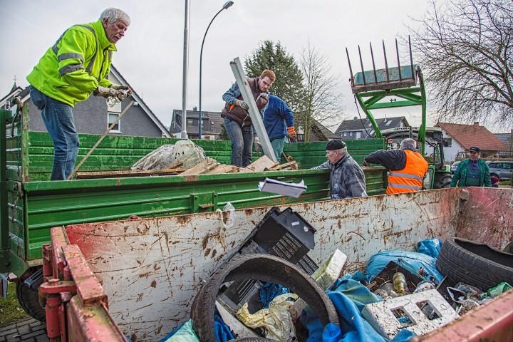 Vordem Feierwehrgerätehaus Opherdicke wurde der eingesammelte Müll in den großen Conbrainer umgeladen. (Foto: Peter Gräber)