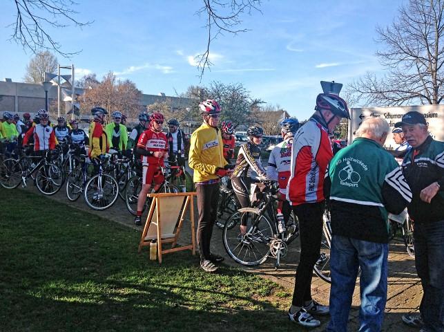 Zu Beginn drängten sich die Teilnehmer, um den erforderlichen Startstempel zu erhalten. (Foto: privat)