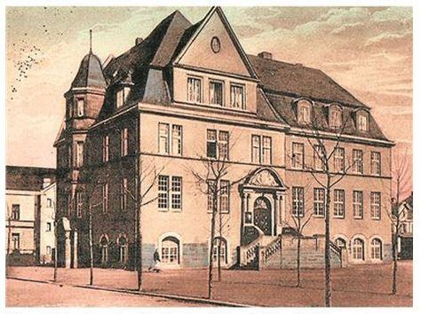 Das Rathaus in Holzwickede mit dem Feuerwehrturm (links dahinter) im Jahr 1914 zeigt diese alte Postkarte. (Foto: Archiv)