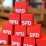 SPD-Bundestagsabgeordneter am SPD-Infostand vor Edeka