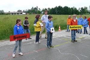 """Beri der Aktion """"Achtung Auto"""" des ADAC lernen die Fünftklässler des CSG auch etwas über Reaktionszeiten und Bremswege. (Foto: ADAC)"""