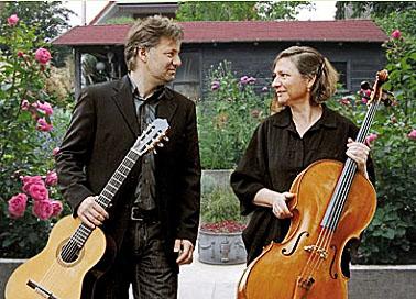 """Geben ein Konzert im Garten bei den """"Offenen Göärten 2015"""" der Bürgrerstiftung in Unna:; das Duo Casals mit der Opherdicker Cellistin Felicitas Stephan. (Foto: Agentur)"""