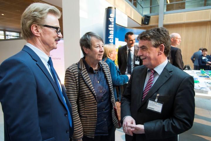 Dr. Jochen Stemplewski (l.), Dr. Barbara Hendricks (Bundesumweltministerin) und Michael Groschek (NRW-Bauminister) beim Themenabend Emscherumbau in der Landesvertretung NRW in Berlin. (Foto: Jens Oellermann)