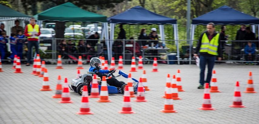 Geschwindigkeit ist nicht alles beim Kartslalom des MSC, der am Sonntag (26.4.) auf dem Gelände der Firma Montanhydraulim, stattfand. Es kommt auch auf Geschicklichkeit nund Erfahrung an. (Foto: Peter Gräber)