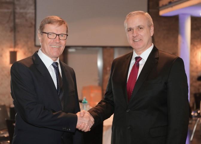 Wurde jetzt  feierlich in den Ruhestand verabschiedet: Dr. Peter Lipphardt (l.)  mit seinem Nachfolger Dr. Ralf Becker. (Foto: Montanhydraulik)
