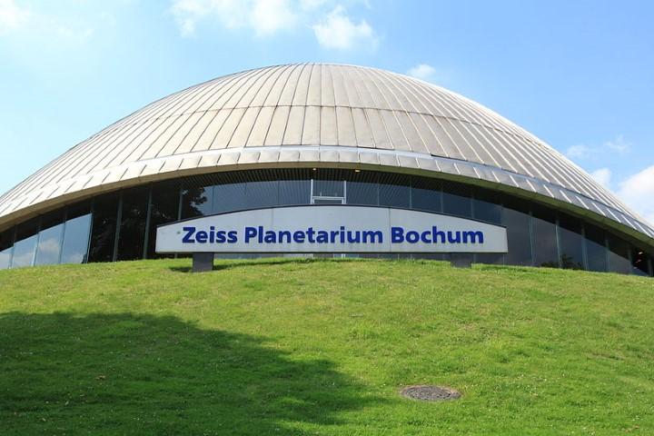 Ziel eines Besuchs der Trägervereins der Begetgnungsstätte: das Zeiss Planetarium in Bochunm., (Foto:  Frank Vincentz (Eigenes Werk) [GFDL (http://www.gnu.org/copyleft/fdl.html) oder CC BY-SA 3.0 (http://creativecommons.org/licenses/by-sa/3.0)], via Wikimedia Commons)